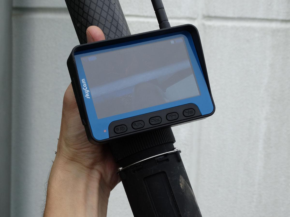 Dachrinnen-Reinigung - Überprüfung mit dem Monitor - Reinigungsservice Wolanski
